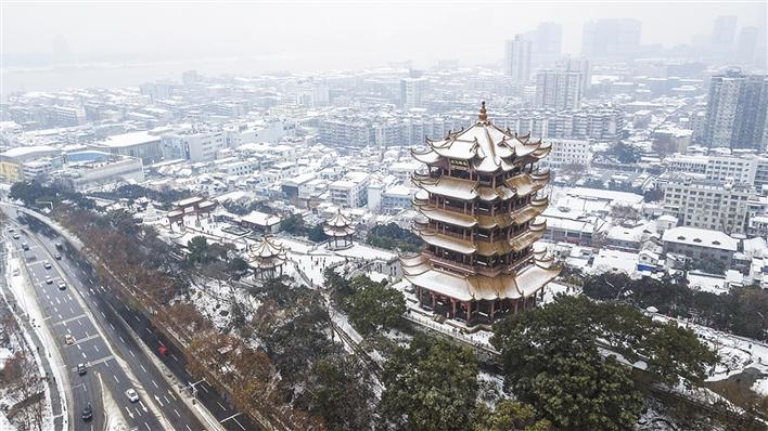 【新华社北京1月27日电】与北京市民苦盼下雪而不得相反,南方则是暴雪来得有点猛。温柔的落雪能带来难得一见的美景,但过猛的雨雪交加使民航、铁路、公路普遍受到较大影响,给人们出行也带来了不便。 中央气象台27日一早继续发布暴雪橙色预警,27日至28日,河南东南部、江淮、江南北部、湖北东南部、贵州中北部、湖南大部等地有中到大雪或雨夹雪,其中,安徽南部、江苏南部、浙江西北部、湖北东南部、湖南西北部等地有暴雪,局地大暴雪。 26日夜间至27日,贵州省黔东南、铜仁、遵义、黔南等地多处公路受凝冻灾害影响。贵州省26日发
