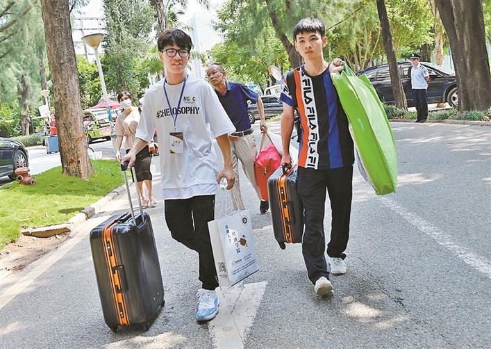 深圳大学三校区 迎来近万名新生