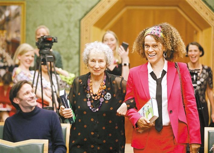 玛格丽特·阿特伍德与伯纳德·埃瓦里斯托平分5万英镑奖金  布克奖又出双黄蛋